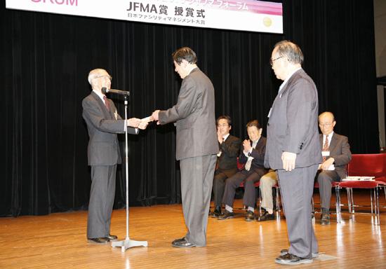 授賞式に臨む当院常務理事 相田と、長年にわたり当院の設計に携わっているUR設計 辻野氏