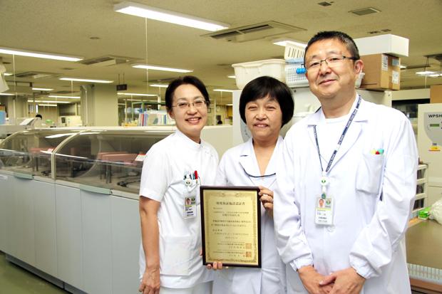 前田副技師長、宇野化学・免疫検査室長、田坂血液・染色体検査室長